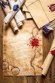 Primer plano de viejos pergaminos y cera de lacre en mesa de madera — Foto de Stock