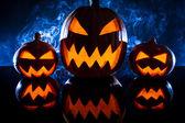 Calabazas de grupo para halloween sobre un fondo azul — Foto de Stock