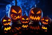 Grupa dynie halloween na tle dymu — Zdjęcie stockowe