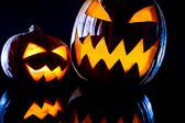 Close-up twee vreemde pompoenen voor halloween — Stockfoto