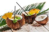 Bere pinacolada fresco servito in una noce di cocco — Foto Stock