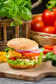 Hamburger with chicken, tomato and vegetables — Stock Photo
