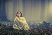 женщина в туманной темный старый лес — Стоковое фото