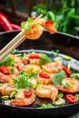 Degustación de camarones fritos con hierbas frescas — Foto de Stock
