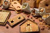 Gebackene Lebkuchen-Hütte-Elemente mit den Zutaten für deco — Stockfoto