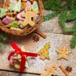 Small wicker basket full of gingerbread for Christmas — Stockfoto