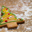 Small gingerbread Christmas tree on a wooden table — Stockfoto