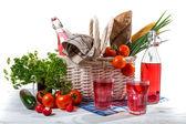 Picknickmand met groenten — Stockfoto