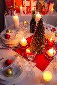 Wiele darów w pobliżu choinka w blasku świec — Zdjęcie stockowe