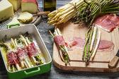 Jambon ve peynir haddelenmiş kuşkonmaz — Stok fotoğraf