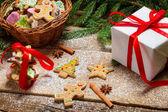малые плетеная корзина полна пряник для рождества — Стоковое фото