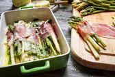 Jambon ve peynir kuşkonmaz closeup haddelenmiş — Stok fotoğraf