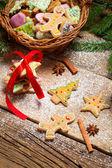 クリスマスのためのジンジャーブレッドのクッキーの完全なバスケット — ストック写真