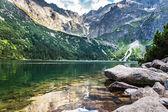 Prachtig meer met helder water in de bergen — Stockfoto