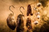 Szynka, kiełbasa i czosnek w wędzarni — Zdjęcie stockowe