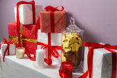 Tarro de galletas de jengibre y regalos de navidad — Foto de Stock