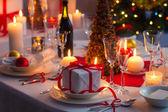 Sorpresa esperando a la familia en una mesa de navidad — Foto de Stock