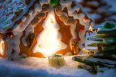 Closeup of marzipan gift near gingerbread cottage — Stock Photo