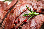 Closeup of freshly baked meat with herbs — Foto Stock