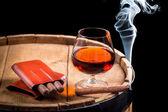 Cognac in un bicchiere sul barile di legno — Foto Stock