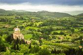 Grön dal och röda tak i volterra, italien — Stockfoto