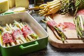 Espárragos preparación con jamón y queso — Foto de Stock