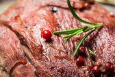 Close-up van vers gebakken vlees met rozemarijn — Stockfoto