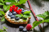 Small cupcake with berry fruits — Stock Photo