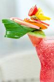 Boisson rafraîchissante de l'été avec les fraises et pastèque — Photo