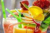 Close-up van drank met watermeloen en vers fruit — Stockfoto