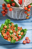 Healthy salad with shrimp and vegetables — Stock Photo
