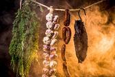 Szynka, kiełbasa i czosnek w domowej wędzarni — Zdjęcie stockowe