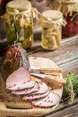 Degustacja świeżego kawałek szynki w wędzarni — Zdjęcie stockowe