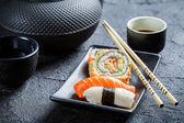 紅茶と一緒にお召し上がりいただけます新鮮な寿司のクローズ アップ — ストック写真