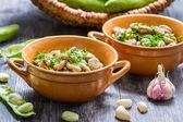 Tuinbonen geserveerd met peterselie en knoflook — Stockfoto