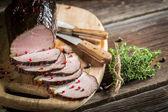Świeżo pociętego na plasterki wędzonej szynki i majeranek — Zdjęcie stockowe