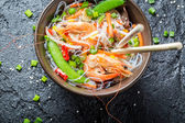 Vegetables served with prawns and noodles — Stockfoto