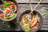 Seafood and fresh vegetables with noodles — Stock Photo