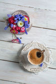 Daisy flowers and cup of coffee — Stock Photo