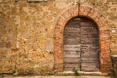 Old wooden door and brick wall — Stock Photo
