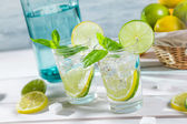 Closeup of drink with citrus fruit and ice — Stock Photo