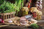 Spiżarnia z zaprawy, wędzona szynka i zioła — Zdjęcie stockowe