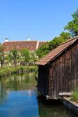 Chata na řece — Stock fotografie