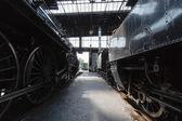 Viejas locomotoras de vapor en un garaje en austria — Foto de Stock