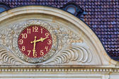 Red clock on a building — 图库照片