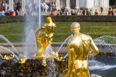 Estátuas de ouro e de fontes no Castelo de peterhof — Fotografia Stock