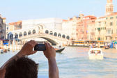 Taking photo of Rialto Bridge — Stock Photo