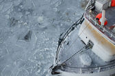 рыбацкая лодка во льду — Стоковое фото