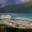 Whittier, Alaska with cruise ship — Stockfoto