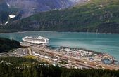 Whittier, Alaska with cruise ship — Stock Photo
